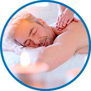 Homem recebendo massagem